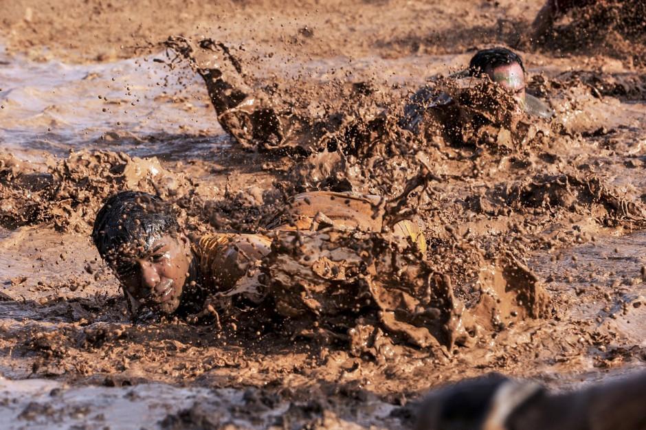 Samen schept een band: psychologisch verbonden in de modder