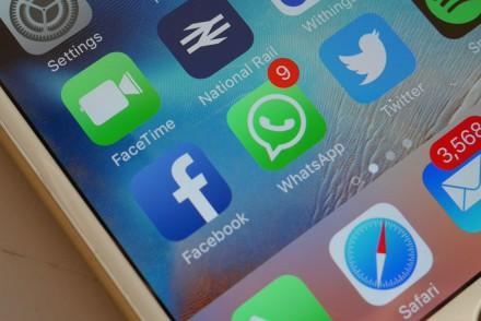 Daarom check je al rijdend je WhatsApp-berichten: psychologische onderschatting