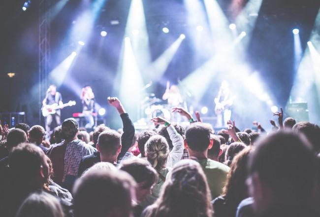 De echte reden dat festivals nog muntjes gebruiken: slimme psychologie