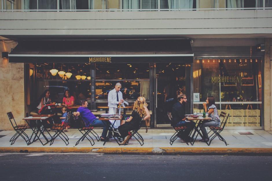 Consumentengedrag: De vloek van de lage sociale klasse: laat jij een onvriendelijke ober jouw avondje uit verpesten?